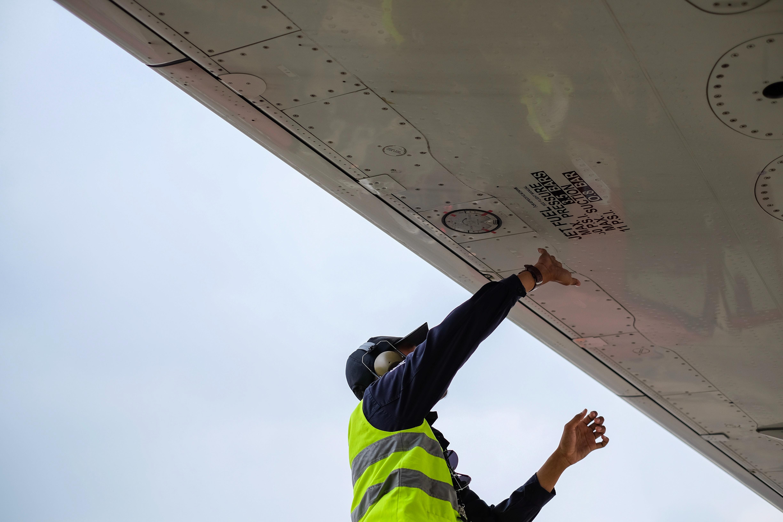 Man inspecteert vliegtuig